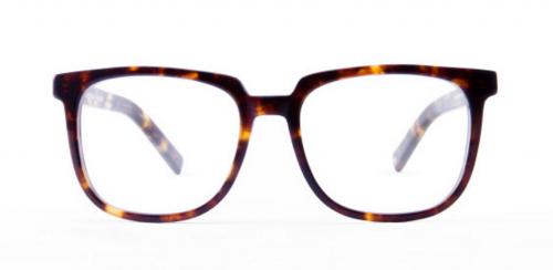 顔の形が「丸顔」の方に似合うスクエアフレームの眼鏡。