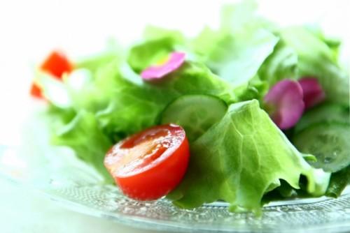 お昼にはサラダを食べる