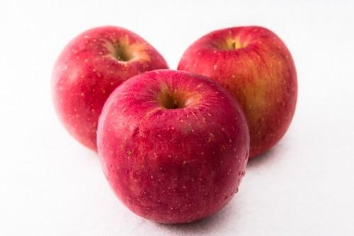 間食にりんごを食べる
