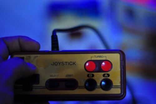 暗いところでゲームをすると視力が低下する?