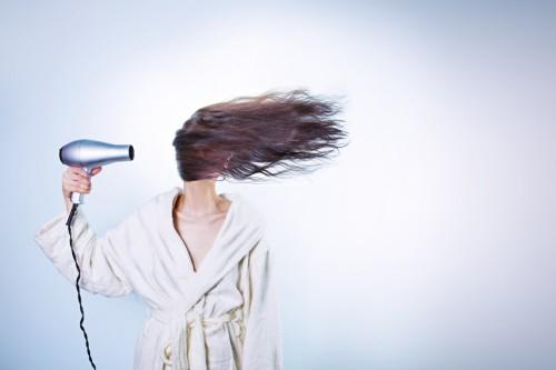適切なヘアケアを行うと抜け毛は改善される