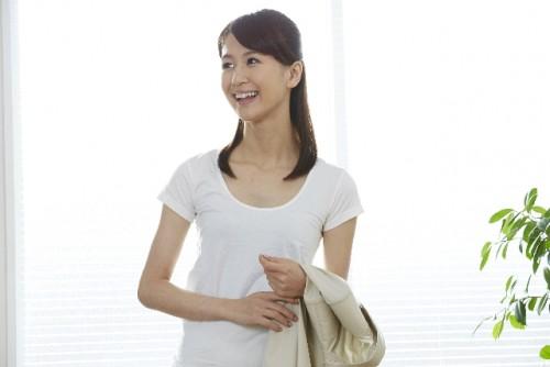 二の腕を太く見せるパフスリーブは避け、五分袖や七分丈を選ぶ