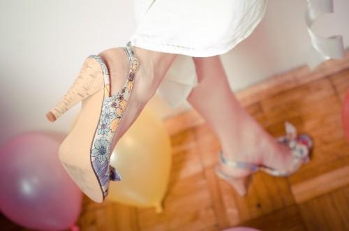 制汗スプレーをかかとにひと塗りで靴ずれを防ぐ