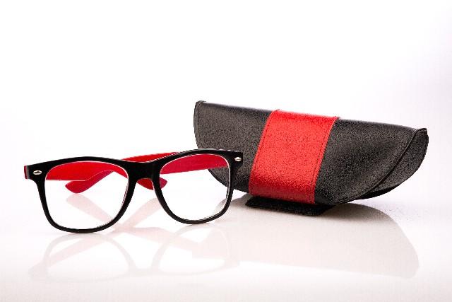 伊達メガネをかけると、目が大きくなる?