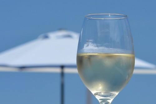 白いワインを飲んで大人のデトックス