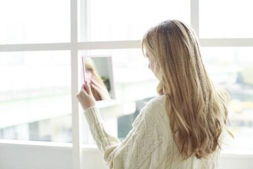 アイラインを引く時は、鏡を顔の下に置く