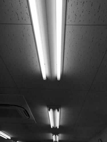 蛍光灯の光でも日焼けをする?