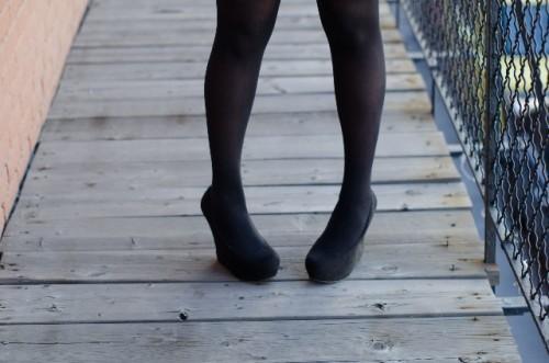 ベーシックな黒タイツには同色の黒ボトムを合わせよう