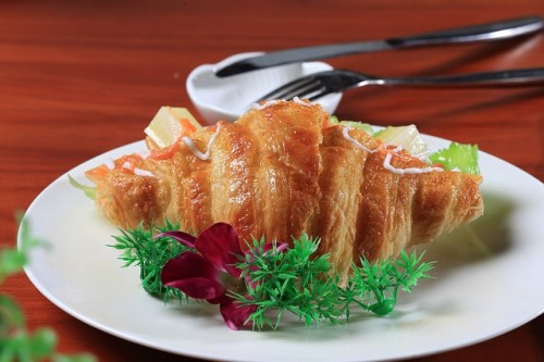 パン単体で食べるのはNG、必ず副菜を用意しよう