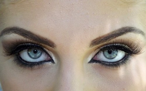 目と眉を大きくして顔やせ効果を狙おう