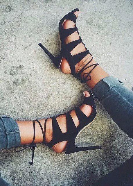 脚長効果が期待できるのはシャープなデザインのヒール靴