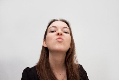 表情筋を鍛えて顔をシャープにするフェイスヨガ