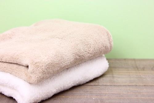 タオルを使って行なう上半身ひねりストレッチ