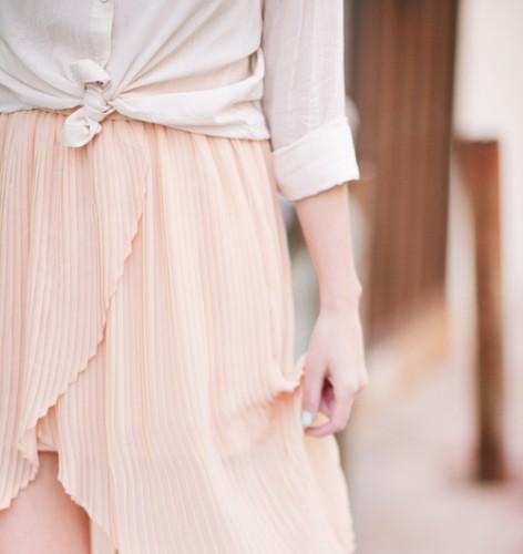 トレンドのプリーツスカートと合わせてキレイめコーデ