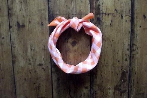 スカーフよりスタイリッシュ、抜け感のある首巻き