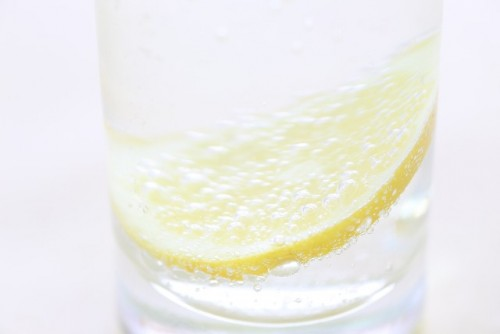 肌の乾燥を防ぐため、水分をたっぷり補給