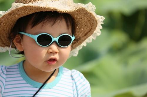 短時間の外出でも日焼け止め・帽子で紫外線対策を