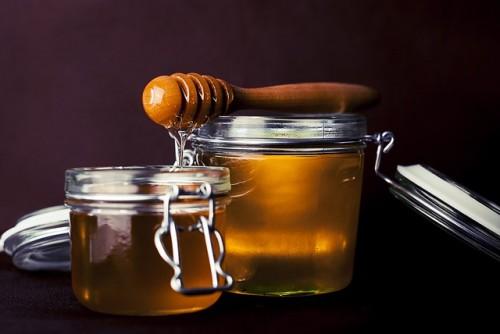 甘いハチミツを白湯に足すと、しっとり美肌に