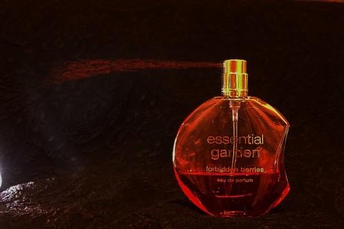 香水の匂いが苦手ならハンカチを利用する