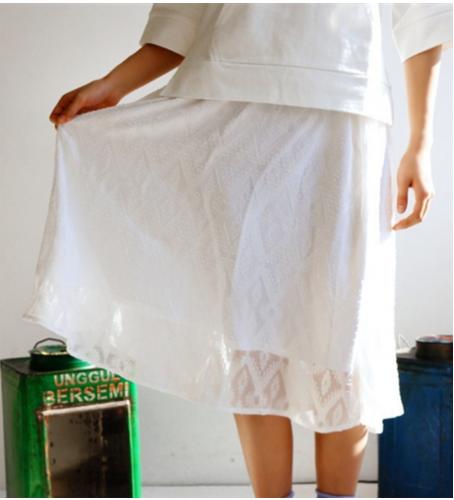 爽やかな白のフレアスカートはマリンテイストに