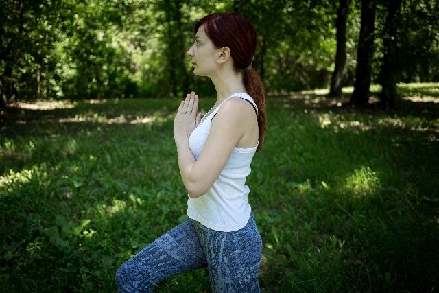 肩甲骨ヨガで背中の筋肉を刺激し、凝りを解消