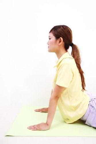 背筋を鍛えるエビ反りストレッチ
