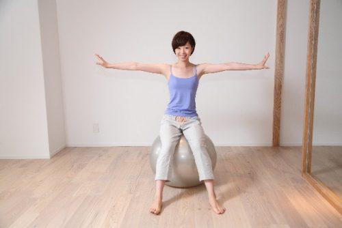 自宅の椅子をバランスボールに変えて太もも痩せ