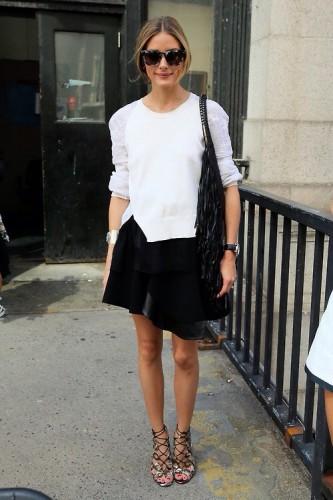膝丈の黒スカートなら今年はタイトスカート一択!