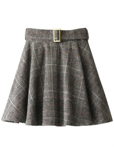 チェック柄のフレアスカートを浸かった都会的スタイル
