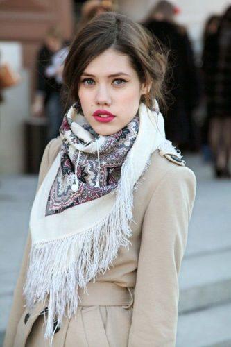 トレンチ+スカーフでクラシカルな雰囲気をまとう