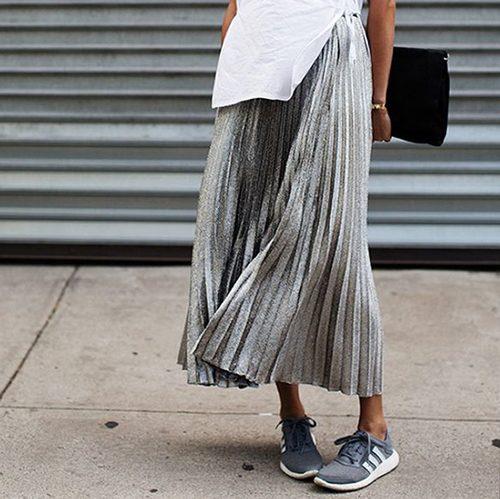 今年のフェミニンスタイルのボトムはプリーツスカート一択!