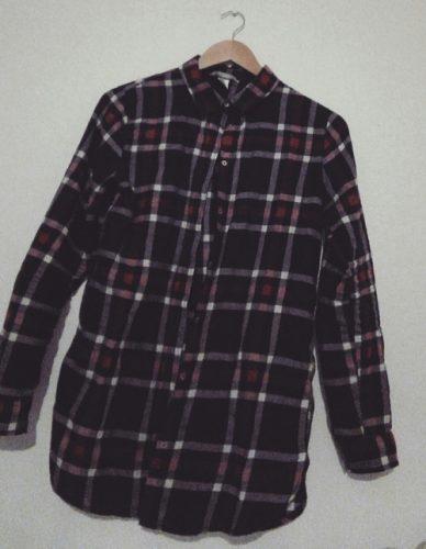 ダークカラーのチェックシャツはシンプルコーデに